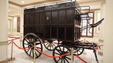 صورة ننشر صورة العربات الأثرية التى كانت تنقل الخطابات والرسائل قديما من محطات القطارات للمدن الصغيرة