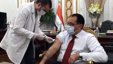 صورة مدبولي  يتلقى اللقاح المضاد لفيروس كورونا ويحث المواطنين على الإسراع بالتسجيل